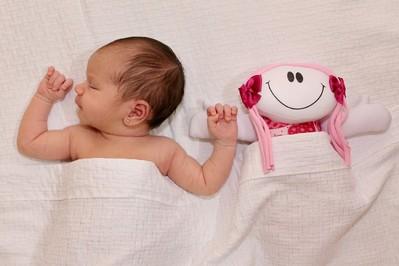 Jak układać niemowlaka do snu? – Czy może spać na boku?