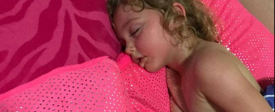 Mama OSTRZEGA: TO dziecko dostało udaru cieplnego bez słońca!