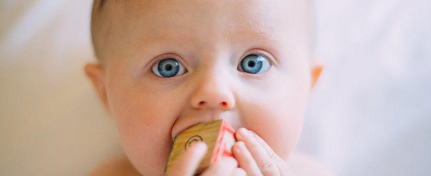 Zadławienie u dziecka - RATOWNIK radzi co robić: pierwsze KROKI